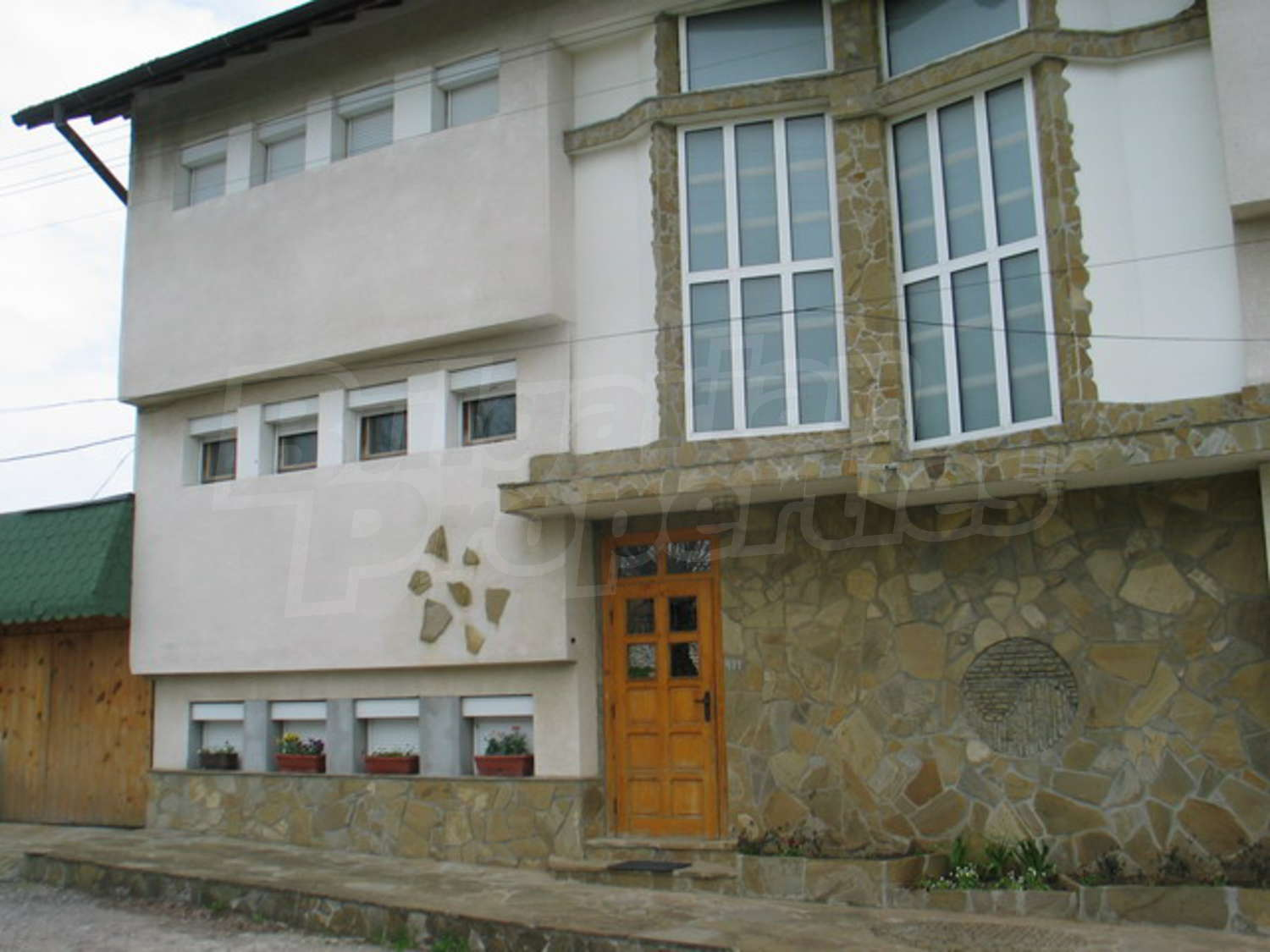 House for sale near veliko tarnovo bulgaria huge for Big house for sale with swimming pool