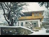 Просторна къща в стар български стил до Котел
