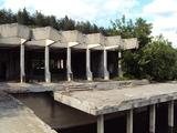 Масивна сграда на брега на язовир
