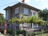 Приятна къща с изряден двор
