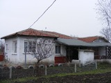 Едноетажна къща близо до града