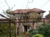 Двуетажна къща в село на 10 км. от голям язовир