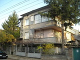 Жилищен имот с гараж в центъра на град Павликени