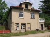 Двуетажна къща в село близо до Ловеч