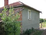 Солиден имот с двор