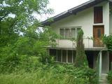 Двухэтажный дом возле села Рибарица