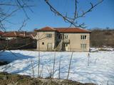 Къща с двор в село на 10 км от Първомай