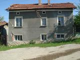 Дворно място със стара къща в малък град на 33 км. от град Ловеч