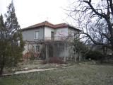 Приятна семейна къща с поддържан двор
