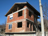 Стара и нова къщи  с двор в село 21 км от Кюстендил