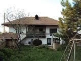Двуетажна къща  с просторен двор в красиво и добре развито село на 30 км. от Велико Търново