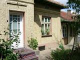 Къща с двор, стопански постройки и два кладенеца в село на 15 км. от Велико Търново
