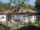 Градска къща с двор на брега на река в Елена