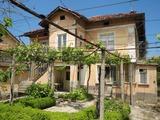 Селски имот в подножието на Средна Гора