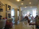 Фризьорски салон, соларно студио и кафене