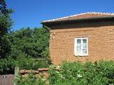 Тухлена къща с градина в село близо до Ловеч