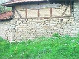 Две стари къщи в един парцел в село на 12 км. от Ловеч
