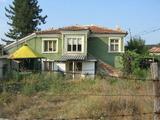 Двуетажна селска къща за цялостно ремонтиране в тих район край Тополовград