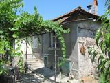 Селска едноетажна къща с голям двор, навес и барбекю до Първомай