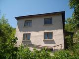 Двуетажна къща с дворно място за продан в красива местност близо до Смолян