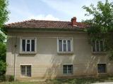 Двуетажна къща с двор в село с красива природа на 20 км. от Априлци