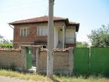 Двуетажна селска къща с голям двор близо до Пловдив
