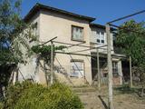 Двуетажна къща с двор за продажба недалеч от Ямбол