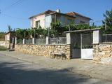 Двуетажна селска къща с двор близо до Тополовград