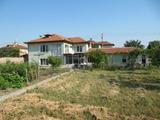 Запазена двуетажна селска къща с двор близо до Пловдив