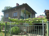 Двуетажна селска къща с двор на 27 км от центъра на София