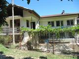 Обширна двуетажна къща с двор край Асеновград близо до река и язовири