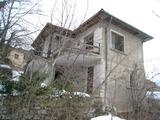 Масивна двуетажна къща с двор в село близо до София