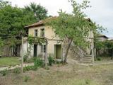 Двуетажна къща с двор близо до Хисаря и красиви язовири