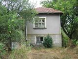Масивна селска къща с обширен двор в спокоен и живописен район