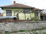Слънчева едноетажна къща с обширен двор близо до Елхово