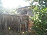 Масивна къща с обширен двор близо до магистрала Тракия и язовир Искър