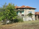 Масивна двуетажна къща с обширен двор близо до язовир