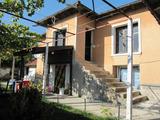 Красива двуетажна къща с двор край Брезово и язовири