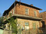 Масивна двуетажна къща с двор край Елхово