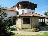 Обзаведена луксозна триетажна къща с разчупена архитектура и двор край Пловдив