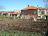 Масивна къща с поддържан двор близо до Ямбол