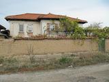 Солидна двуетажна къща с двор за продажба край Брезово и язовири