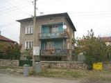 Голяма двуетажна къща с двор в село край София