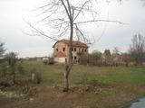 Триетажна солидна постройка (бивша мелница) с двор край Елин Пелин