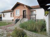 Реставрирана едноетажна къща с двор за продажба в спа курорт Хисаря