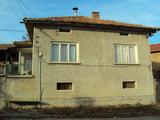 Масивна двуетажна къща в село на 40 км. от Велико Търново