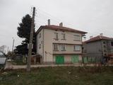 Голяма двуетажна къща в центъра на село само на 2 км от Разград
