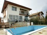 Двуетажна къща с басейн и морска гледка, в близост до Варна