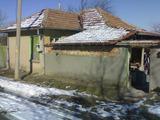 Тухлена къща в село само на 100 м от главен път