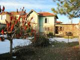 Двуетажна селска къща с красив двор край Първомай